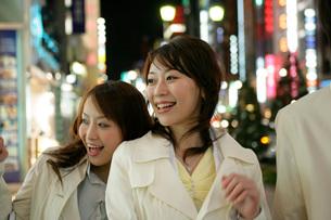 夜の街中のビジネスウーマンの写真素材 [FYI01831661]