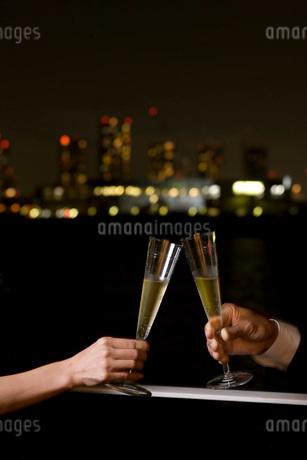 シャンパンで乾杯の写真素材 [FYI01832344]
