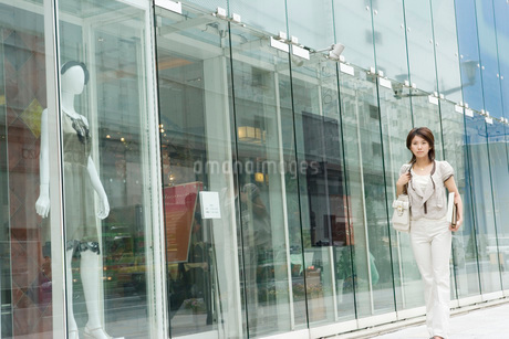 銀座を歩く女性の写真素材 [FYI01832360]
