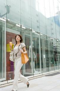 ショッピングを楽しむ女性の写真素材 [FYI01832393]