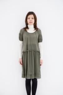 グレーのチュニックを着た女性の写真素材 [FYI01832808]