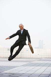 跳んでるビジネスパーソンの写真素材 [FYI01832815]