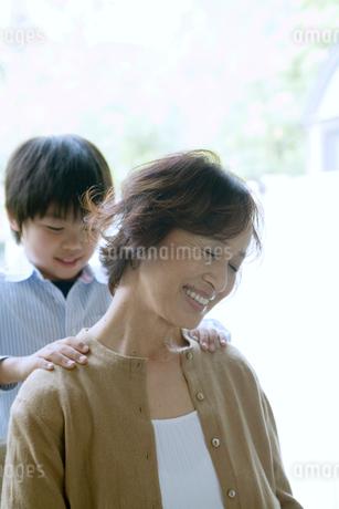 祖母の肩を揉む孫の写真素材 [FYI01832925]