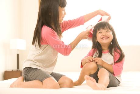 遊んでいる姉妹の写真素材 [FYI01833015]