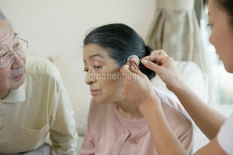 老夫婦とヘルパーの写真素材 [FYI01833632]
