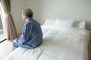 ベッドサイドの老人の写真素材 [FYI01833710]