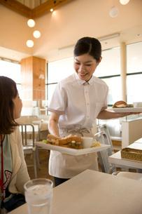 料理を運ぶホールスタッフの写真素材 [FYI01833838]