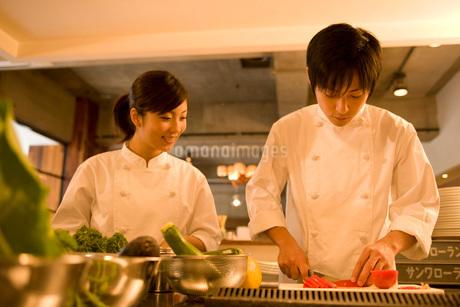厨房で仕事をするキッチンスタッフの写真素材 [FYI01833840]