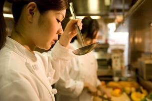 味見をするキッチンスタッフの写真素材 [FYI01833870]