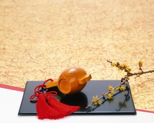 小槌と梅の写真素材 [FYI01834003]