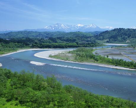 春の信濃川と越後三山の写真素材 [FYI01834438]