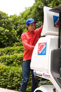 仕事をするピザのデリバリースタッフの写真素材 [FYI01835112]