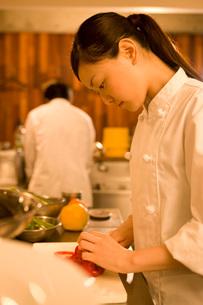 厨房で仕事をするキッチンスタッフの写真素材 [FYI01835344]