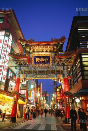 夜の横浜中華街の善隣門 横浜 神奈川県の写真素材 [FYI01836020]