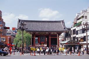 浅草寺の雷門遠景の写真素材 [FYI01836402]