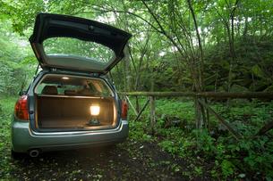 バックドアを開けた自動車の写真素材 [FYI01837818]