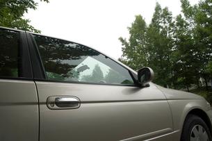 郊外に停まっている自動車の写真素材 [FYI01838974]