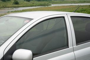 川の近くに停まっている自動車の写真素材 [FYI01839016]
