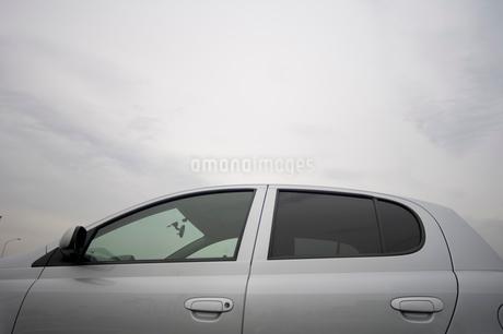 自動車と曇天の空の写真素材 [FYI01839193]