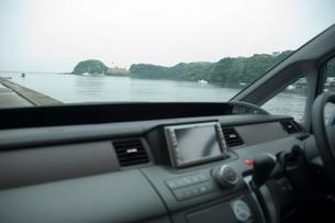 運転席から見た海の写真素材 [FYI01839275]