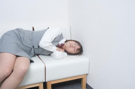 居眠りをするOLの写真素材 [FYI01840005]