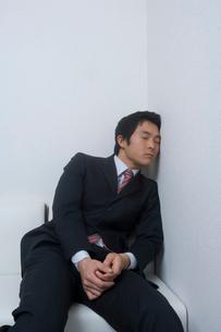 居眠りをするサラリーマンの写真素材 [FYI01840462]