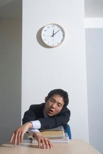欠伸をするサラリーマンの写真素材 [FYI01840613]