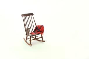 茶色いロッキングチェアとひざ掛けの写真素材 [FYI01842003]