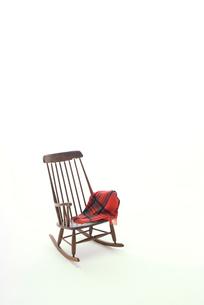 茶色いロッキングチェアとひざ掛けの写真素材 [FYI01842431]