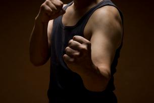 ファイティングポーズの男性の写真素材 [FYI01842493]