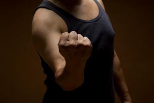 握りこぶしを作る男性の写真素材 [FYI01843258]