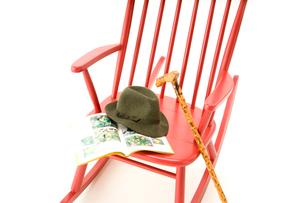 赤いロッキングチェアとステッキと帽子の写真素材 [FYI01843287]