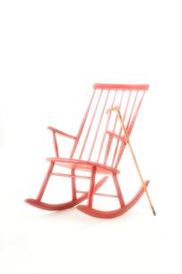 赤いロッキングチェアとステッキの写真素材 [FYI01843399]