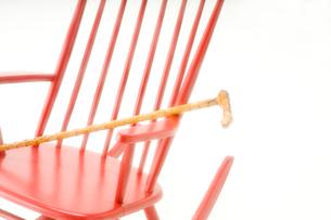 赤いロッキングチェアとステッキの写真素材 [FYI01843554]