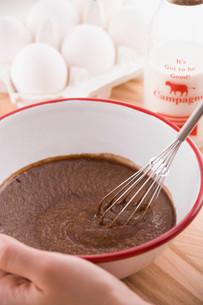 バレンタインイメージ チョコレートケーキ作りの写真素材 [FYI01843725]