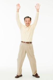 両手を広げる50代男性の写真素材 [FYI01846215]