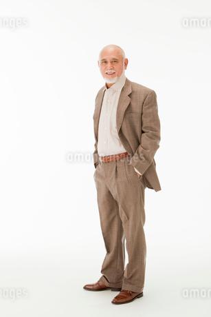 ポケットに手を入れる笑顔の60代男性の写真素材 [FYI01846601]