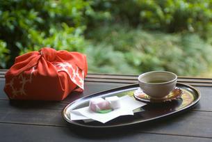 縁側にある贈り物と茶の写真素材 [FYI01846624]