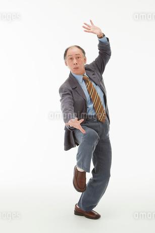 ポーズをとる60代男性の写真素材 [FYI01847149]