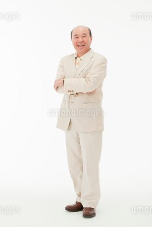 腕を組む60代男性の写真素材 [FYI01847247]