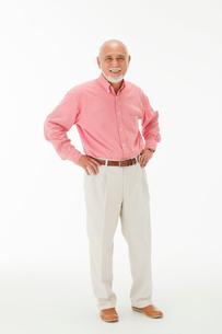 両手を腰に当てる60代男性の写真素材 [FYI01847261]