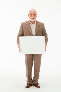 ホワイトボードを持つ60代男性の写真素材 [FYI01847307]