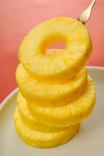 重ねたパイナップルの輪切りの写真素材 [FYI01847418]