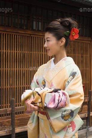 西陣町家で風呂敷包みを持つ着物姿の女性の写真素材 [FYI01847504]