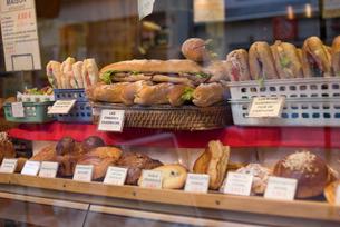 パリのショーウィンドーの中のパンの写真素材 [FYI01847543]