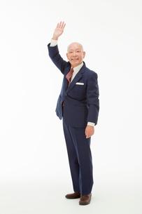 手を上げる笑顔の60代男性の写真素材 [FYI01847615]