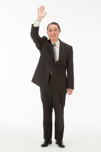 手を上げる60代男性の写真素材 [FYI01847659]