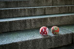 石階段の上に置かれた手鞠の写真素材 [FYI01847728]