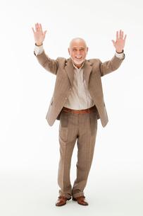 両手を上げる笑顔の60代男性の写真素材 [FYI01847744]