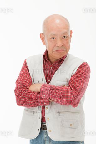 腕を組んで睨む60代男性の写真素材 [FYI01847809]